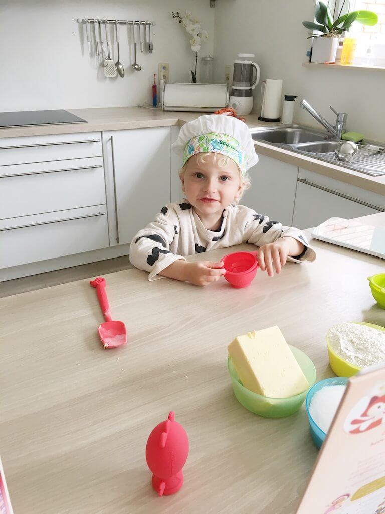 cake bakken kinderen 4 768x1024 - Little chef Vince in de keuken!