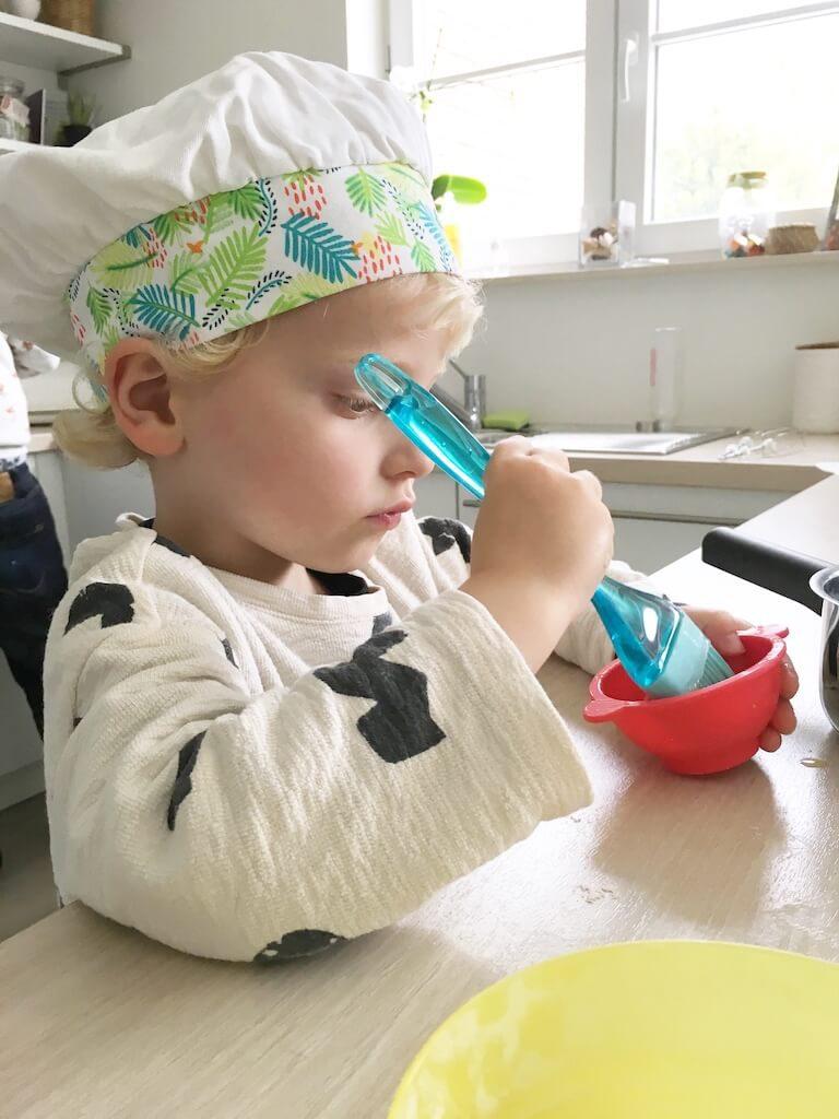 cake bakken kinderen 7 768x1024 - Little chef Vince in de keuken!