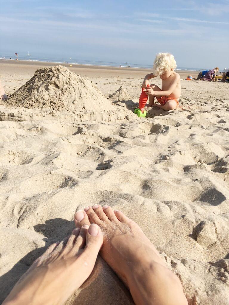 de kust 2 768x1024 - Naar zee met kinderen? Leuke (nostalgische) strandspelletjes en activiteiten!