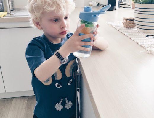Een gezonde voedingsstijl is een gewoonte en daar ben ik me zeker van bewust. Het hoort ook bij de opvoeding vind ik en ik merk dat er bij ons wel dingen zouden kunnen veranderen na ons gesprek met een diëtiste in teken van het programma dat we dankzij Danone kregen. Wij eten zeker niet ongezond en het doel is niet om af te vallen of om op dieet te gaan maar om onze voedingsgewoontes zodanig aan te passen dat wij en onze kinderen kiezen voor gezonde opties en dit als vanzelfsprekend gaan zien. Een gezonde voedingsstijl Net zoals opruimen na gespeeld te hebben, 's morgens een kop koffie te nemen of elk jaar Kerst te vieren bij familie is een gezonde levensstijl ook een gewoonte. Wanneer je je oude (minder goede) gewoontes wil veranderen zal je er moeite voor moeten doen en daar zijn we ons ook van bewust. Toen ik gevraagd werd om ambassadeur te zijn van de nieuwe campagne van Danone, samen met Anne en Isabelle, en hoorde dat ze heel graag wilden inzetten op het creëren van een gezonde voedingsstijl en herontdekken wat goed is dacht ik: yes, dat is nu nét wat ik nodig heb. Beter gezegd: wat wij nodig hebben. Het was bij wijze van spreken een geschenk uit de hemel. Voedingsadvies op maat We kregen de kans om met Carolieneen diëtiste, een gesprek te hebben over onze eetgewoontes. Ze stelde ons allerlei vragen over onze eetgewoontes en wat de kinderen aten, wat we dronken enz... Daarna kregen we een advies op maat. Zo konden we zien waar we op moesten letten en voor welke uitdagingen we komen te staan om nog meer een gezonde voedingsstijl te ontwikkelen. Onze uitdaging Eigenlijk zijn we niet héél slecht bezig maar er zijn wel een paar uitdagingen waarvoor we staan: veel meer water drinken 's ochtends meer tijd nemen om (samen) te ontbijten meer variatie in het eten brengen meer groenten consumeren bijvoorbeeld ook eens een 'veggie' dag inplannen en geen vlees eten gezonde tussendoortjes en snacks eten onze diepvries vullen met basisproducten zoals groenten, vis, volkoren