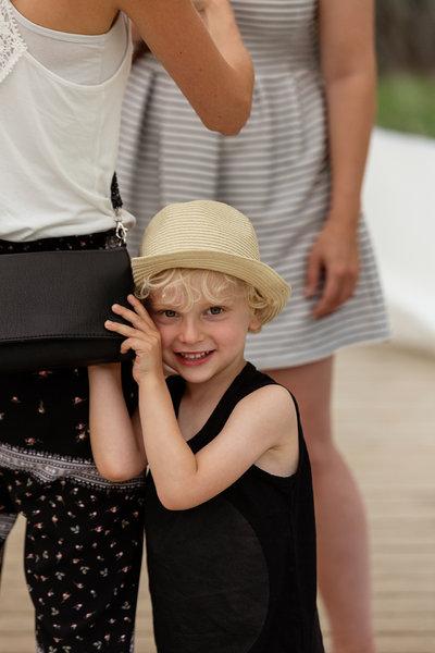 kind met rieten hoedje