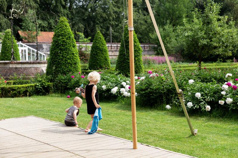 twee kinderen in de tuin