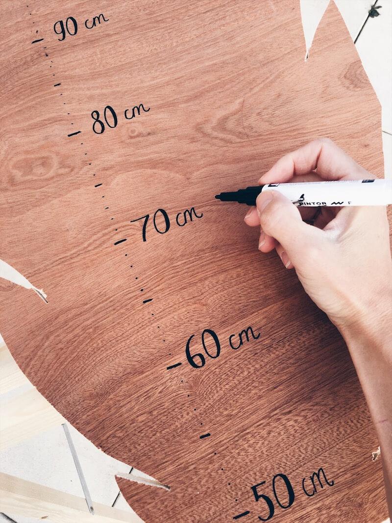 Snijd het sjabloon uit met een decoupeerzaag. Ik legde de plank op twee houten staanders. Dat is het makkelijkste. Dit ging vrij gemakkelijk met deze zaag.