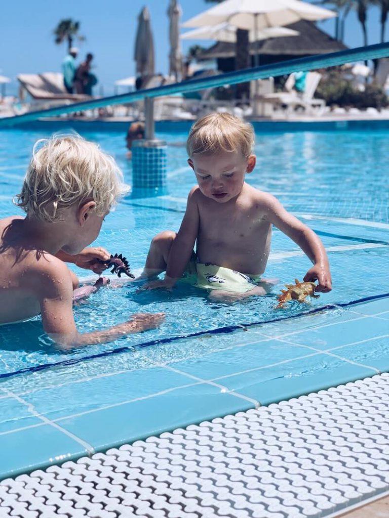 646C0B49 5339 4B9F BC73 BC381B10A598 768x1024 - Wist jij deze 10 belangrijke tips al over zonbescherming bij kinderen (en jezelf) ? Ideaal voor je Staycation!