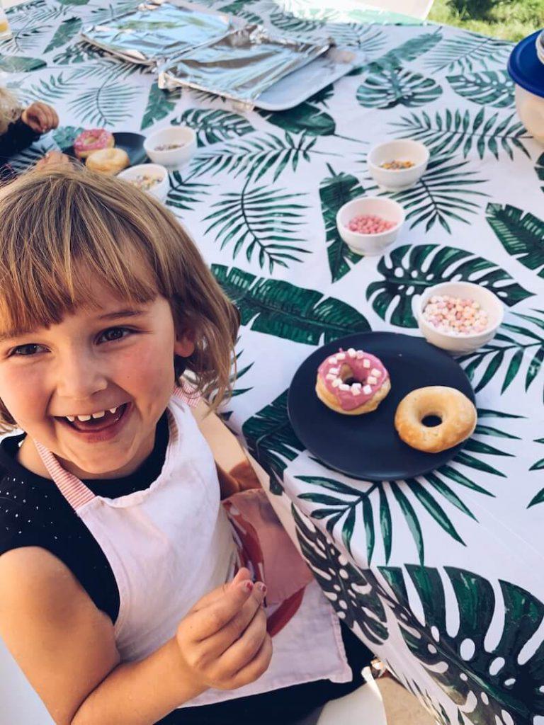 CBC21CD4 9B71 4694 A213 492C5A901C87 768x1024 - Feesttip: hou eens een DONUT PARTY met je kinderen!