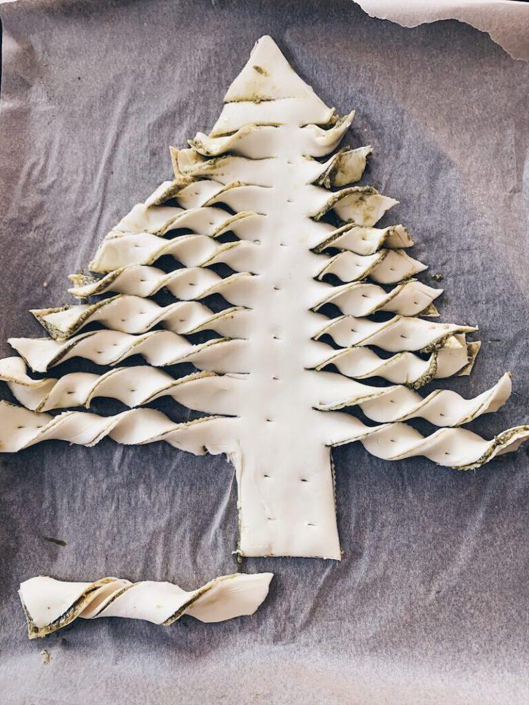 346A87C8 9A88 4C9D 8DD7 9A50C0D31105 768x1024 - Een hartige pesto kerstboom uit bladerdeeg maken