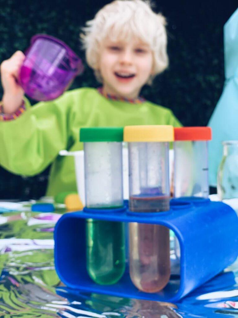 83F3F125 65BB 44C7 91D7 EBA081C2A09D 768x1024 - Maak van je kind een echte wetenschapper en bouw een wetenschapslab thuis