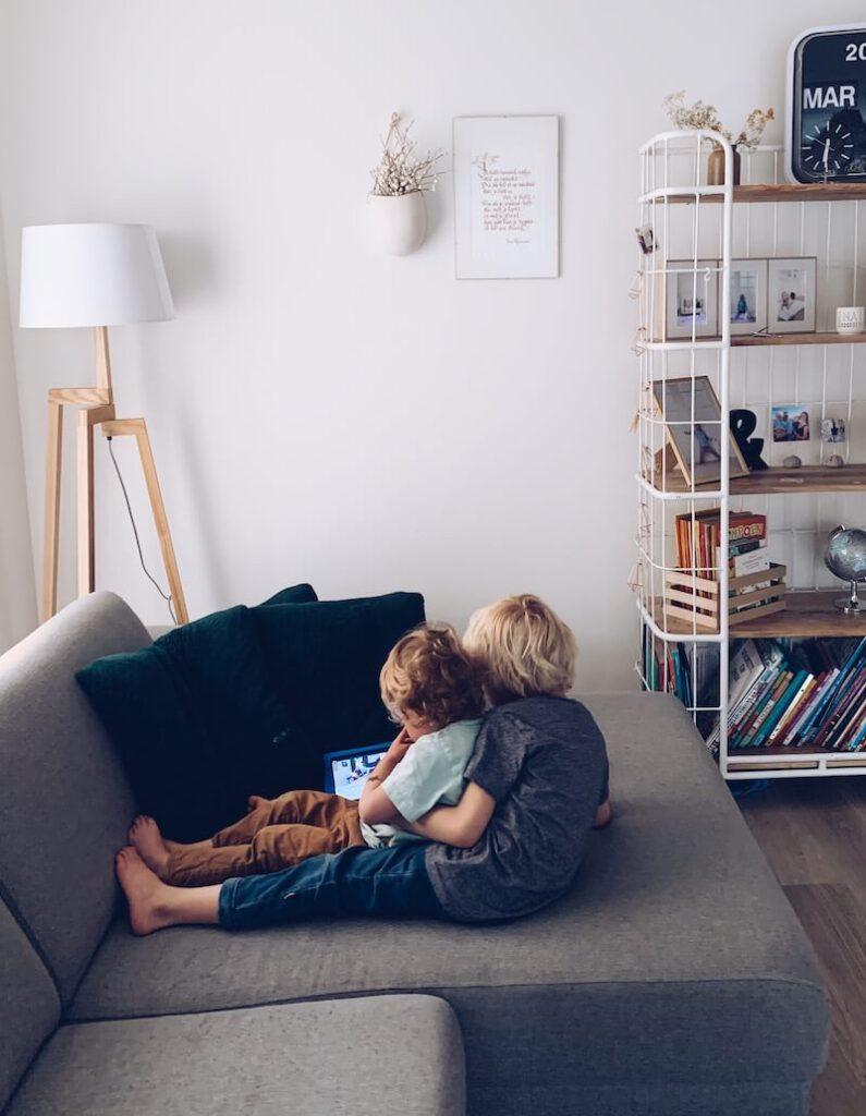CC2E01C9 485E 47F3 A094 1AC04DBD8B00 795x1024 - Tips om je hoofd boven water te houden met je kinderen 24/24 in huis