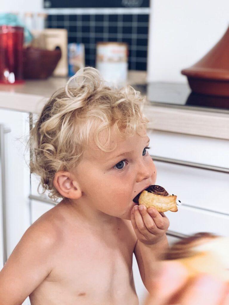 D0D2A99F 027C 4CAF BE58 4548C32654AB AB05FAC8 80B7 4B39 A962 1119811BED1B 768x1024 - Vegan chocolate rolls maken met je kids in enkele minuten