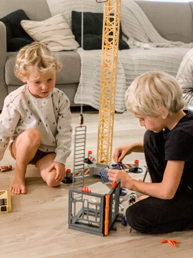 IMG 1602 2 768x1024 - Het favoriete speelgoed van Vince en Lex + WIN de kraan van Playmobil!
