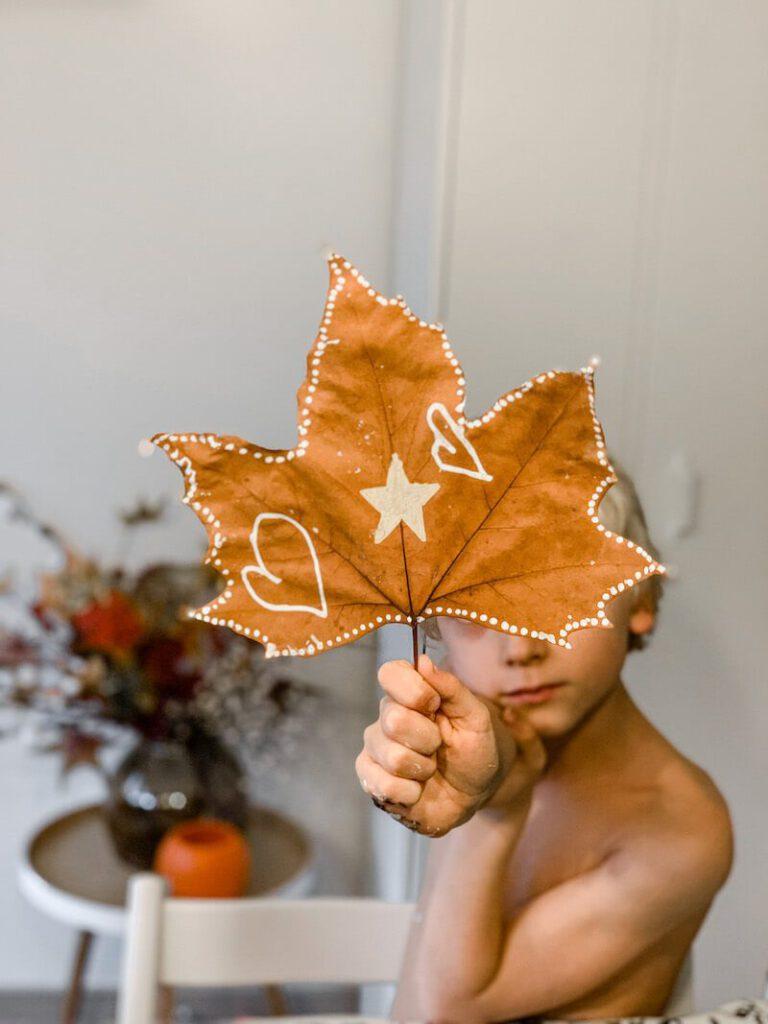 IMG 2404 768x1024 - Knutselen met herfstbladeren (en natuurlijk eerst een wandeling maken)