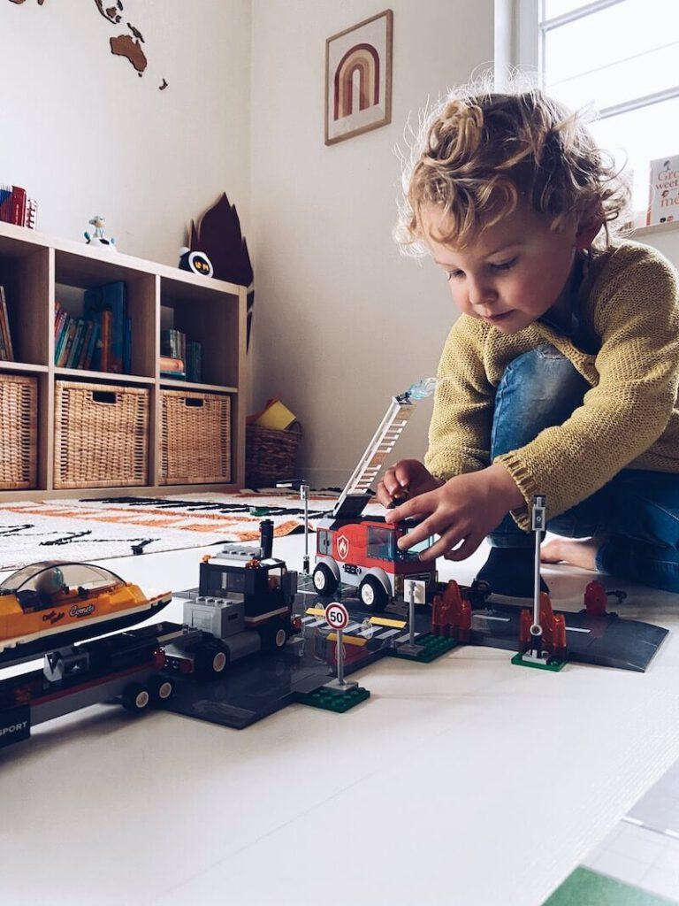 abc1bdec 92d1 4ac4 a410 f376c47f276b 768x1024 - Waarom Lego heel educatief is en wij fan zijn!