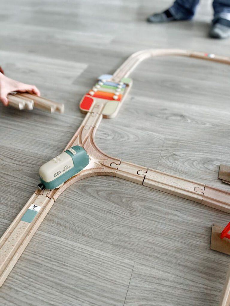 ceda17f3 5ac2 41b5 9798 8cf891b2e7a0 768x1024 - Coding Express van Robobloq combineert treinsporen met coderen voor kinderen vanaf 3 jaar & WIN