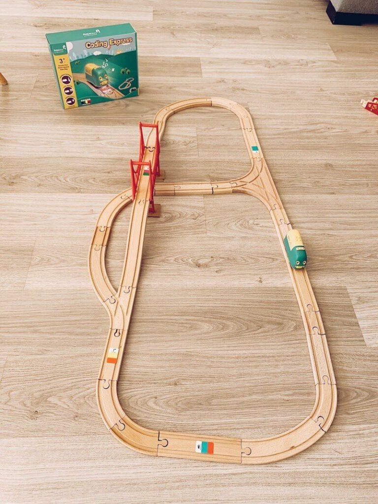 photo 4 768x1024 - Coding Express van Robobloq combineert treinsporen met coderen voor kinderen vanaf 3 jaar & WIN